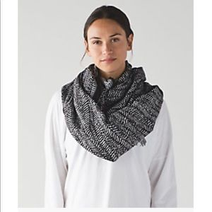 NWOT Lululemon Be Present Scarf - Trax/White/Black